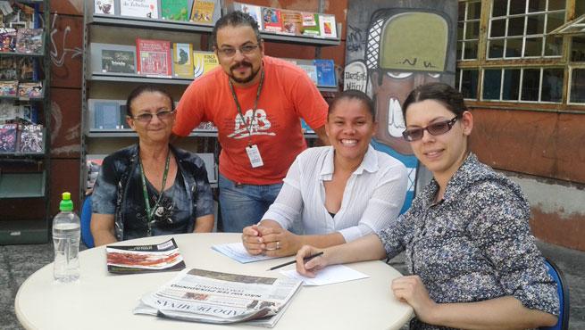 Na Região da Pampulha, uma vez por semana, parte do acervo da biblioteca do centro cultural é exposta na rua para atrair novos leitores (Foto: Reprodução)