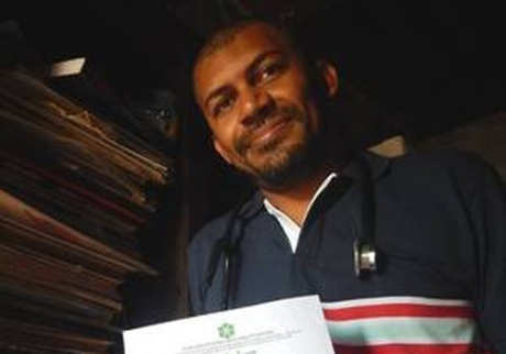 Cícero Pereira Batista hoje ostenta com orgulho o certificado de conclusão do curso de medicina (Foto: Reprodução)