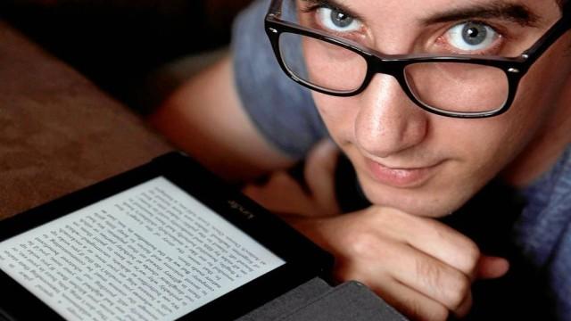 """Sem incentivo. O designer Gustavo Peres usa o leitor digital, mas não está entusiasmado com o novo serviço: """"Não terei interesse, não gasto nem US$ 10 por mês com livro eletrônico"""" (Foto: Gustavo Stephan)"""