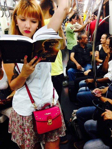 Projeto que nasceu de uma hashtag no Instagram reúne mais de 800 fotografias de pessoas lendo em diferentes espaços das grandes cidades (Foto: Divulgação)