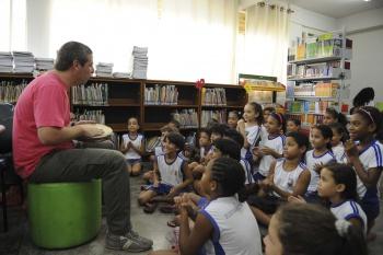 O bibliotecário Eduardo Valadares trabalhando contação de história para os alunos da Emef Tancredo de Almeida Neves, em São José. (Foto: Douglas Schneider)