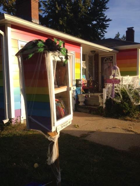 Little Free Library da Equality House enfeitada para o Halloween (Foto: Reprodução)