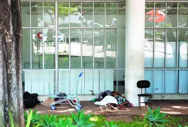 Moradores de rua ocupam entorno da Luiz de Bessa (Foto: Reprodução/O Tempo)