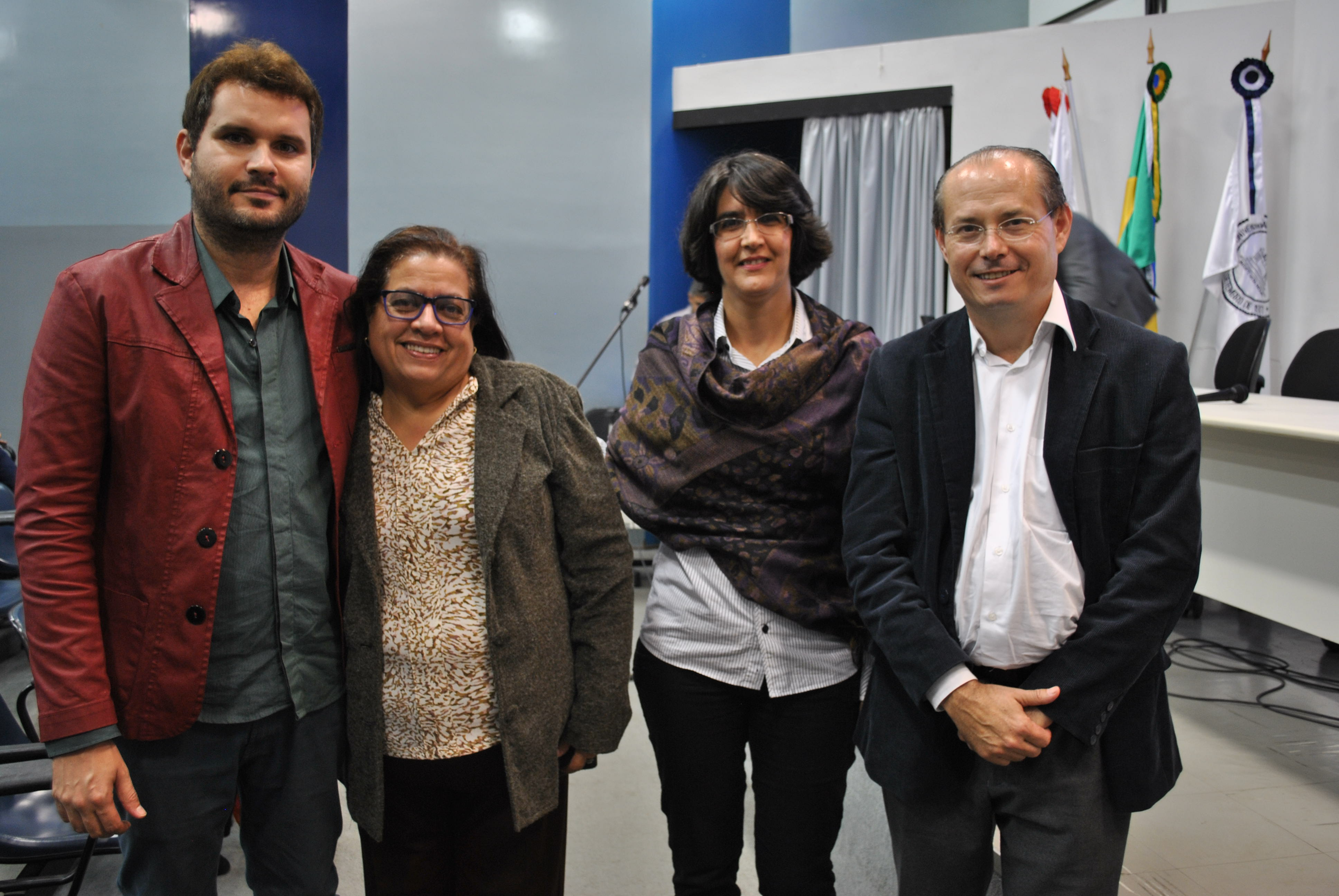 Antes da palestra, Galeno Amorim posou para uma foto com conselheiros do CRB-6: Álamo Chaves, tesoureiro, Denise Ramos, vice-presidente, e Mariza Martins, presidente (Foto: Victor Alves)