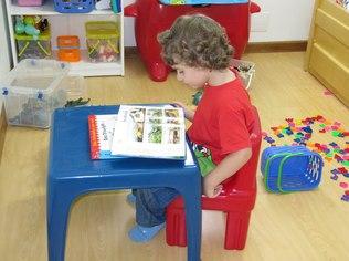 Aos três anos de idade, Felipe já era apaixonada pelos livros (Foto: Arquivo pessoal)