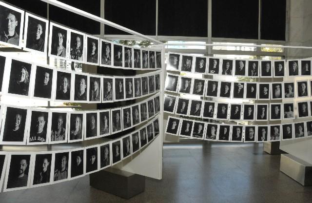 Marco exibe a mostra 999 Olhares sob o Olhar, que contém 999 rostos fotografados com a mesma técnica e com ênfase na expressão do olhar (Foto: Guilherme Bergamini)