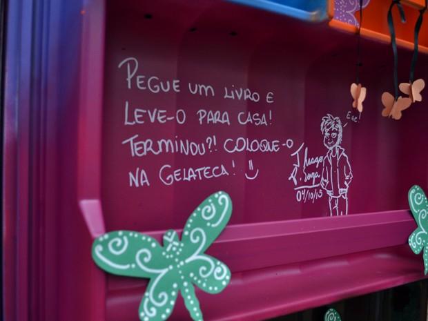 Na 'Gelateca', livros são emprestados gratuitamente (Foto: Daniela Ayres/ G1)