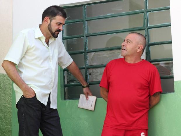 Professor leva livros a pedido dos detentos em Poços (Foto: Jéssica Balbino/ G1)