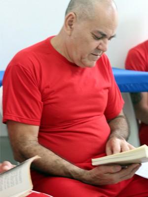 Sebastião já leu dezenas de livros e começou a escrever um próprio (Foto: Jéssica Balbino/ G1)