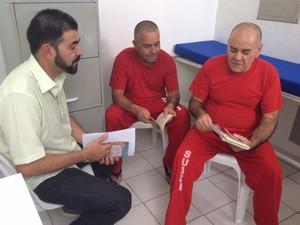 Professor da PUC conversam com os detentos sobre livros (Foto: Jéssica Balbino/ G1)