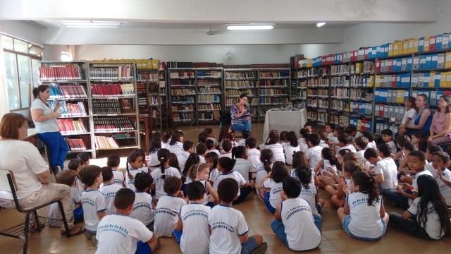 Crianças acompanham contação de histórias na Biblioteca (Foto: Divulgação)