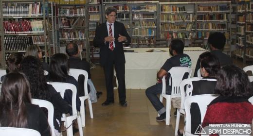 Prefeito Fernando Cabral discute políticas públicas na Biblioteca (Foto: Prefeitura de Bom Despacho)