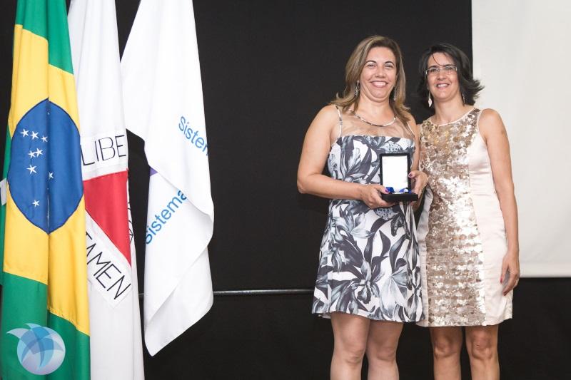 Margarita Torres Fonseca foi a vencedora da principal premiação da noite. Na foto, Mariza Martins Coelho entrega a Medalha à bibliotecária (Foto: Paula Cota)