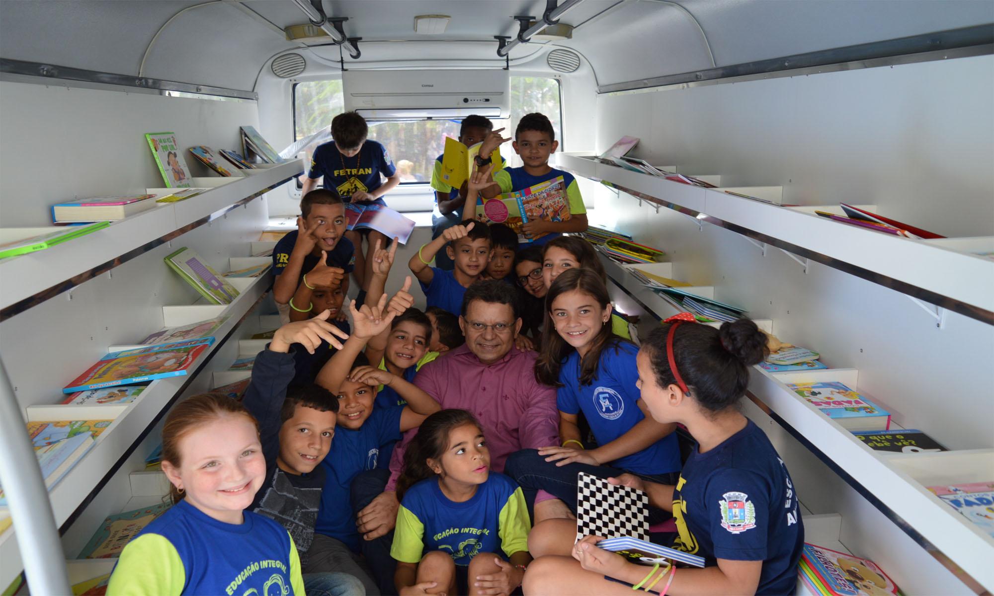Ônibus é adaptado para leitura e atividades recreativas (Foto: Divulgação/Prefeitura de Pouso Alegre)