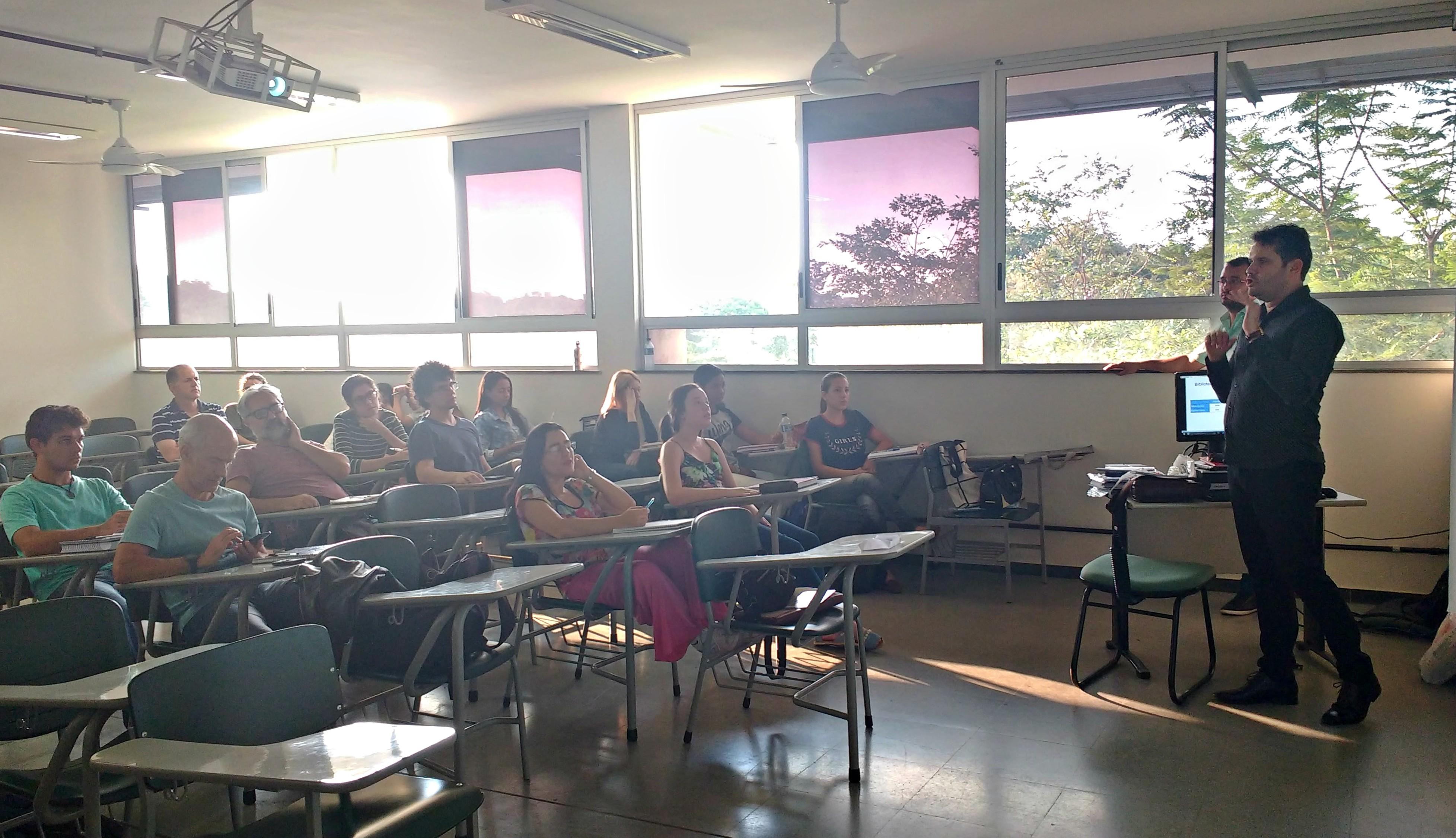Álamo Chaves (CRB-6/2790) representou o CRB-6 na palestra ministrada para graduandos em Biblioteconomia na UFMG (Foto: Maysa Zucheratto/Prefácio Comunicação)