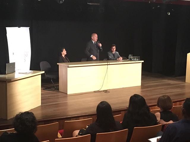 O secretário de Estado de Cultura, Angelo Oswaldo (centro), disse que um dos desafios de Minas é universalizar o acesso ao livro em todos os 853 municípios (Foto: Arlan França/ALMG)